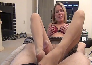 mamma gives hose foot job d87